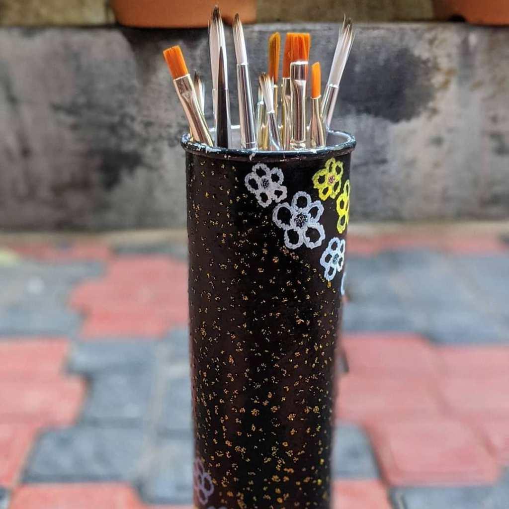 Brush holder • Creative Ways to Repurpose Pringles can tubes | ecogreenlove
