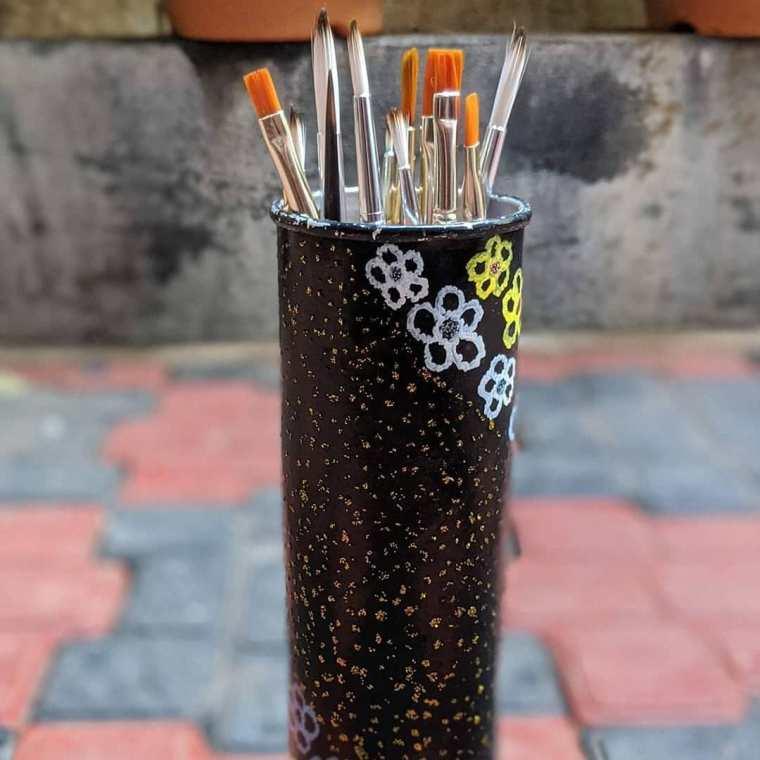 Brush holder • Creative Ways to Repurpose Pringles can tubes   ecogreenlove